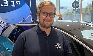MØLLER BIL: Markedssjef Christian Reitan forklarte Elbil24 det nye infotainmentsystemet. Foto: Christina Honningsvåg