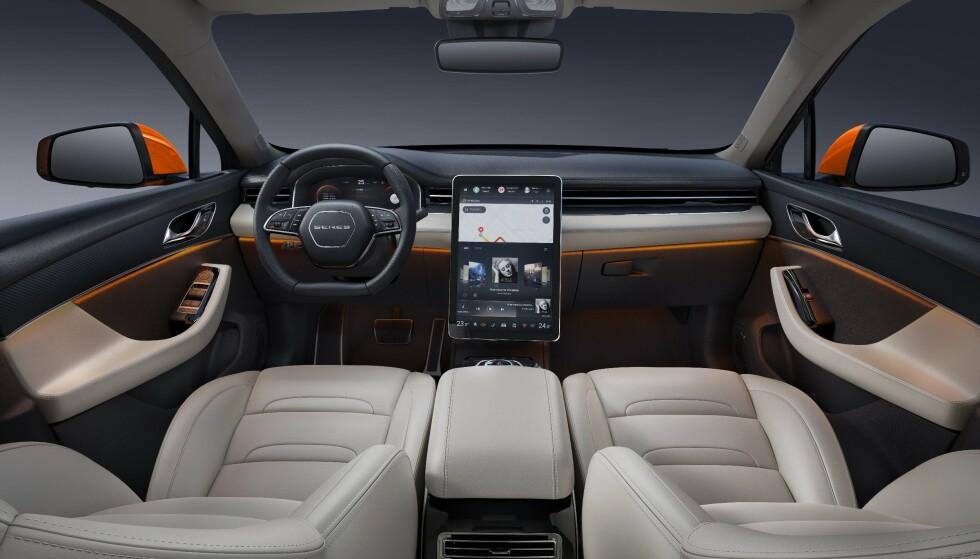 <strong>LIK TESLA:</strong> Inni bilen ser vi en skjerm som kan minne om de vi er kjent med fra Tesla sine modeller. Foto: SERES