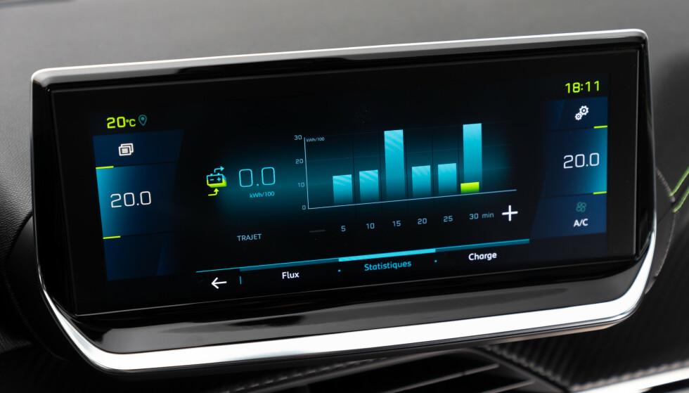 GOD INFORMASJON: Displayet i midtkonsollen viser gjennomsnittsforbruket, og historikken de siste minuttene. Under lading vises effekten du lader med. Foto: Peugeot