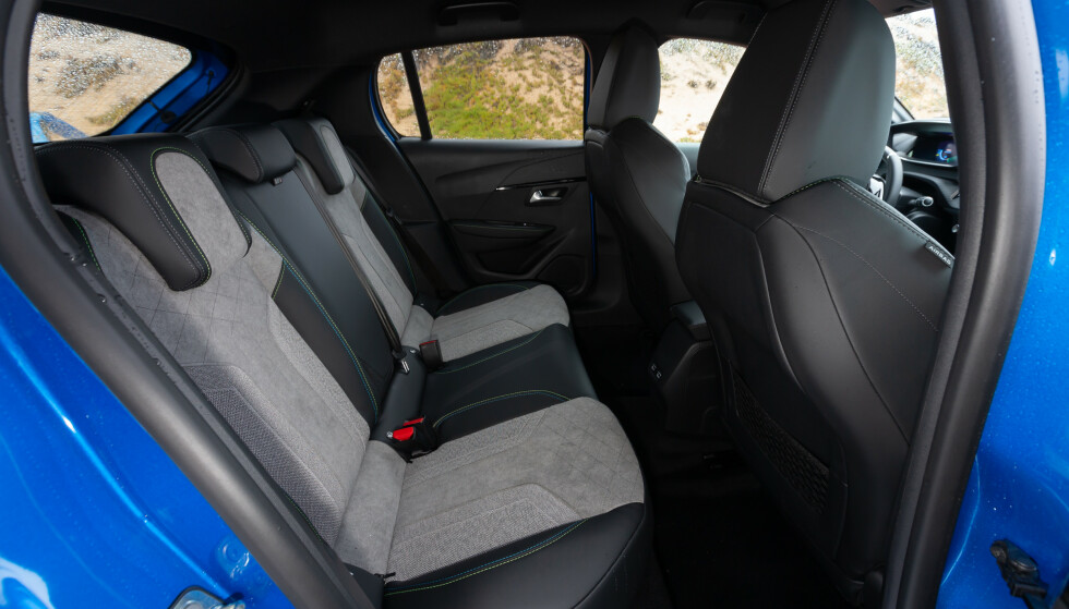 TRANGT: Om du tillater deg godt med plass i forsetene, så er det lite igjen til baksetet. Her står nok forsetene litt langt frem. Foto: Peugeot