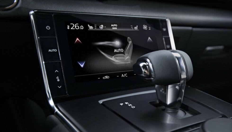 SKJERM: En 8 tommers infotainmentskjerm er plassert i midtkonsollen. Foto: Mazda