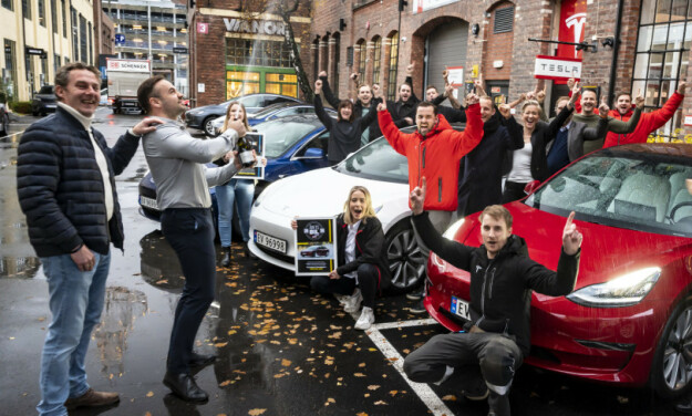 FULL JUBEL: Dette er andre gang gjengen hos Tesla kan juble over tittelen Årets Bil i Norge. Foto: Jamieson Pothecary.
