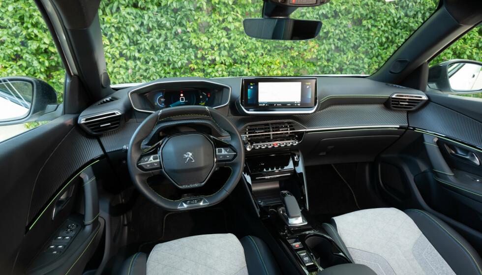 i-Cockpit: Det første man legger merke til er det lille rattet, og instrumentene som vises på oversiden av rattet. Foto: Fred Magne Skillebæk