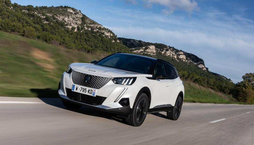 KOMFORTABEL: Peugeot e-2008 får en hyggelig pris, og skryt for å være komfortabel. Foto: Produsenten