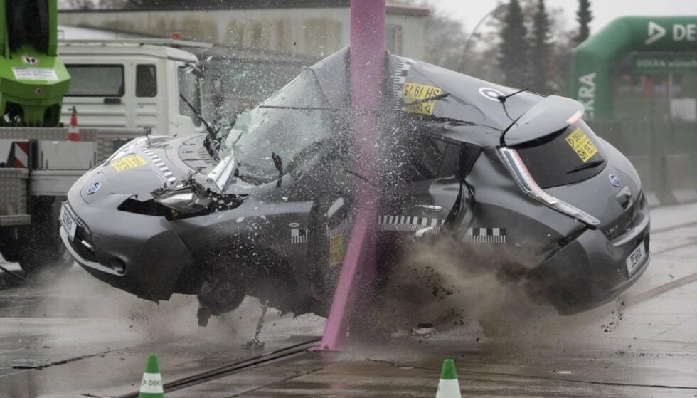 EKSTREM: I 75 km/t krasjer Nissan Leaf sideveis inn i stolpen. Bilen klarer seg like bra som en vanlig bensin- eller dieselbil. Foto: Dekra