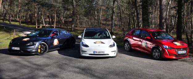 3 x elbiler: Porsche Taycan, Tesla Model 3 og Peugeot e-208 er blant de elektriske bidragene i årets kåring. Foto: Fred Magne Skillebæk