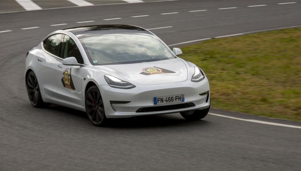 FOLKEBILEN: Tesla Model 3 er blitt en prispresser i det norske markedet, og må anses som den elektriske folkebilen. Foto: Velimatti Honkanen