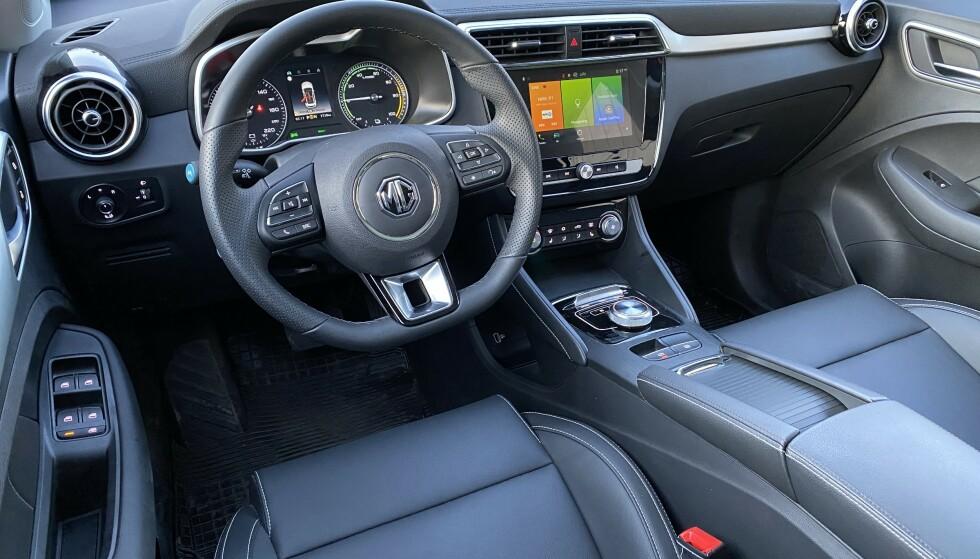 RYDDIG: Interiøret er langt bedre enn forventet, og er ergonomisk satt opp. Mye styres fra 8-tommeren i midtkonsollen. Foto: Fred Magne Skillebæk