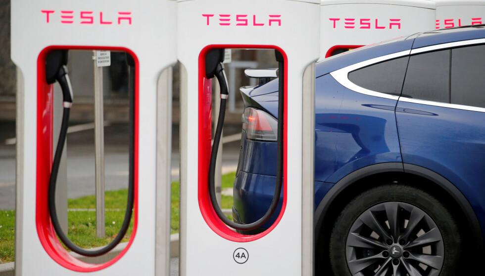 INN I SENTRUM: For første gang lanserer Tesla superladere i en norsk by. Foto: Pascal Rossignol/Reuters.