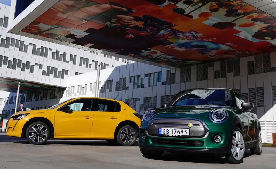 TO ELEKTRISKE SMÅTASSER: Peugeot e-208 og Mini Copper SE skal konkurrere om de samme kundene. Foto: Fred Magne Skillebæk