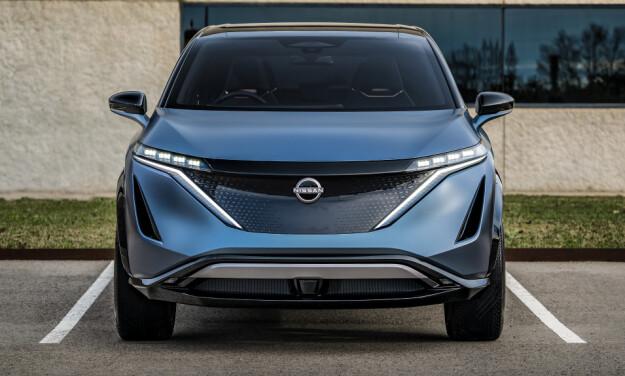 LED-STRIPER: Lyktene er gjort smale og brede for å styrke følelsen av en bred bil. Foto: Nissan