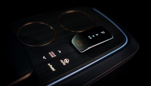 RYDDIG: Midtkonsollen har plass til to kopper, en girvelger, og et par knapper. Foto: Nissan