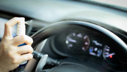 <strong>UNNGÅ:</strong> Her brukes antibac for å rengjøre rattet. Det er det dummeste du kan gjøre. Foto: Shutterstock / NTB scanpix.