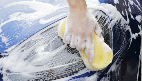 Se etter svanemerket om du planlegger å vaske bilen hjemme. Mange avfallstoffer er skadelige for naturen. Foto: colourbox.com