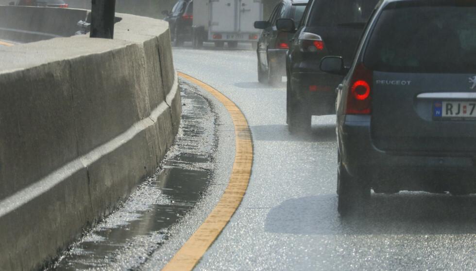 Fredagstrafikk på vei ut fra Oslo på E18. Det er mindre biler på veien under sommerferien. Det har regnet så veibanen er fremdeles våt.        Foto: Ørn E. Borgen / NTB scanpix