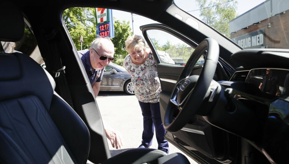 Arvid Moss, direktør for Energi i Hydro, viser statsminister Erna Solberg (H) en elbil med batteri om den planlagte fabrikken kan resirkulere. Foto: Vidar Ruud / NTB scanpix.
