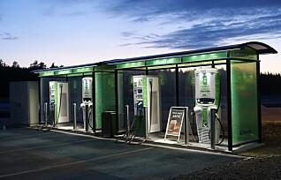 Tvinger ladestasjoner inn på bensinstasjonene