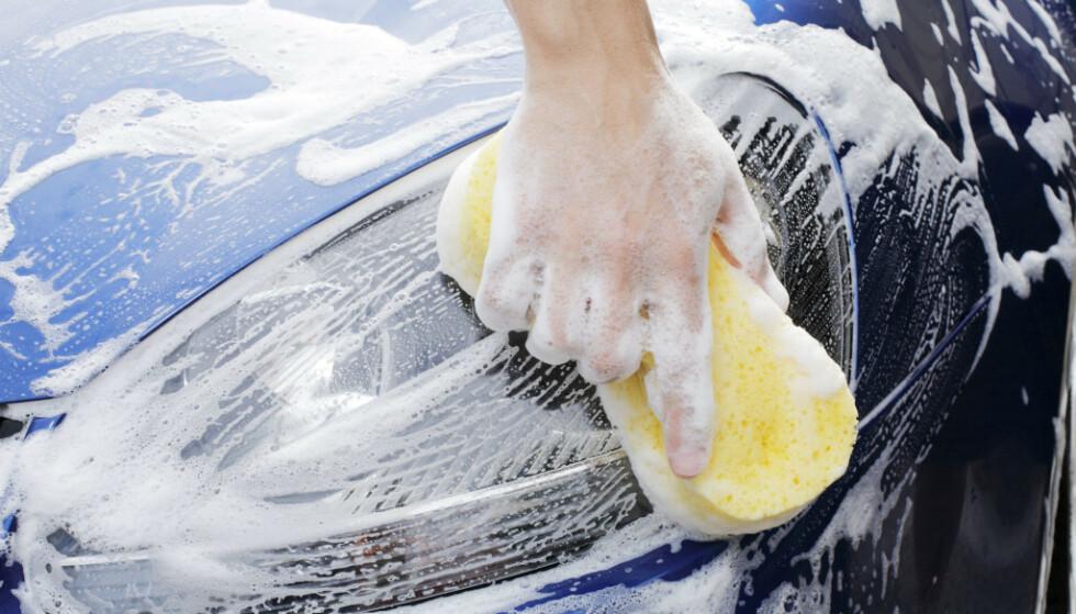 Bilvask hjemme på gårdsplassen er forbudt flere steder i Sverige. Liknende forbud er uaktuelt i Norge. Foto: NTB scanpix.