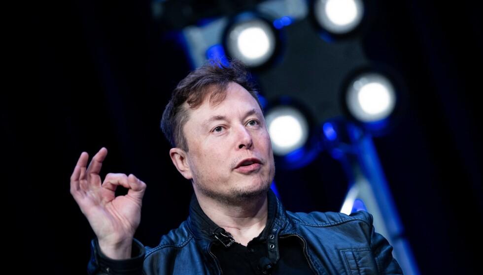 OVERIVRIG: En tysk rettsinstans mener Elon Musk og Tesla lover mer enn de kan levere. Foto: Brendan Smialowski / AFP