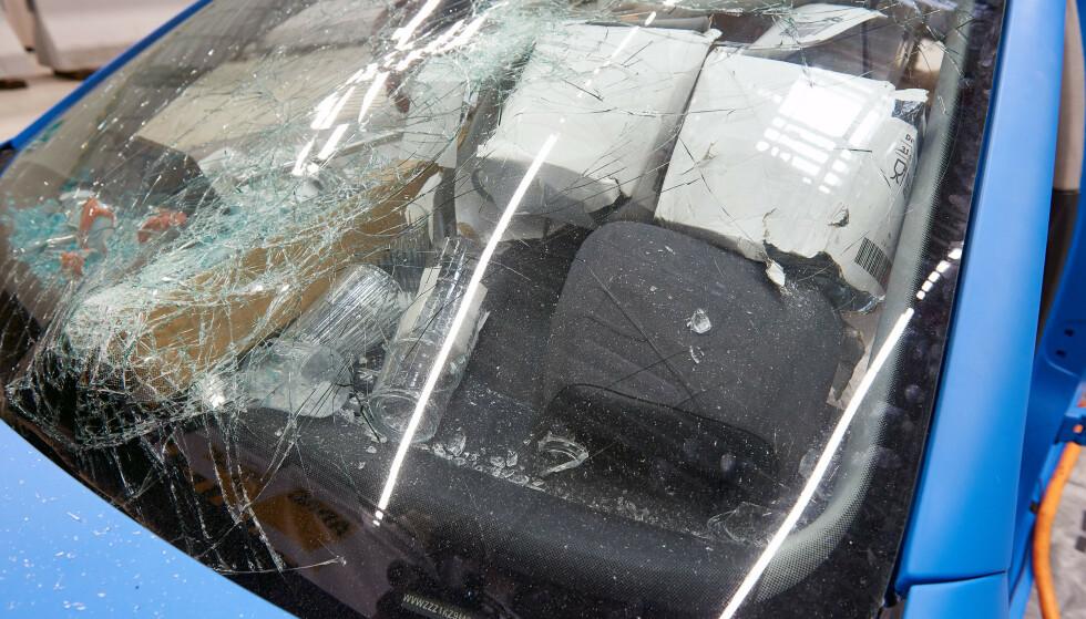 I testen med usikret last føk løse gjenstander rundt i bilen. De kan treffe passasjerer med stor styrke og gi dødelig skade. Selv frontruten ble knust. (Foto: NAF)