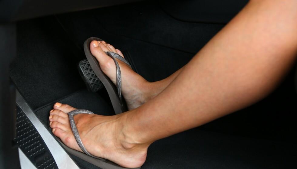 Dropp sandaler: Når du kjører, må du ha sko som sitter godt fast rundt foten og sørger for at du ikke mister kontakten med pedalene. Foto: Naf.
