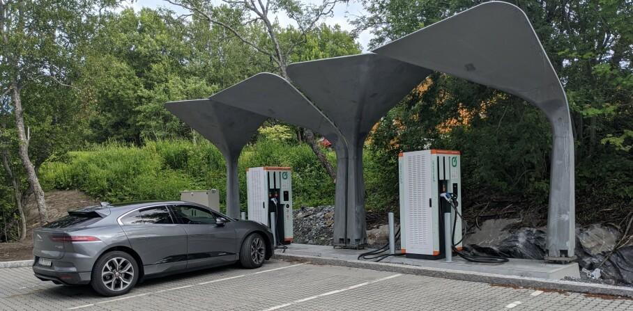 <strong>LYNLADER:</strong> På Tverrlandet, et kvarter øst for Bodø og ikke langt unna Saltstraumen, ligger en av de få lynladerne for andre biler enn Tesla i Nord-Norge. Grønn Kontakt kaller den superhurtiglader og gir deg opptil 150kW ladefart om bilen din kan ta imot fra CSS-plugg, eller 62kW om du kan lade med Chademo. Vanlige hurtigladere gir deg bare 50kW, men vær obs på at ikke alle biler kan ta imot lading lynraskt. Jaguar iPace på bildet kan ta i mot 100kW og får dermed ladet dobbelt så raskt på lynlader. Snittfarten på 18 minutters lading ble 78kW. Da fikk vi tanket 23,5 kWh og betalte 90 kroner for det. FOTO: JAN THORESEN