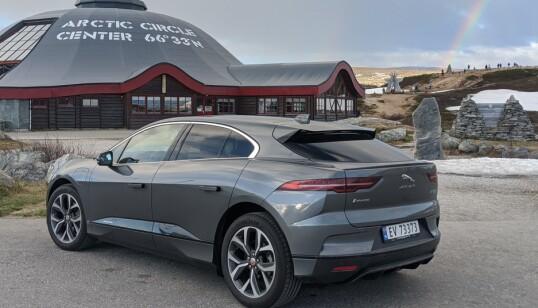 <strong>LANGTUR:</strong> Om du skal kjøre langt med elbil, starter du alltid dagen med fullt batteri. Her er vi kommet til Polarsirkelen på strøm. FOTO: JAN THORESEN