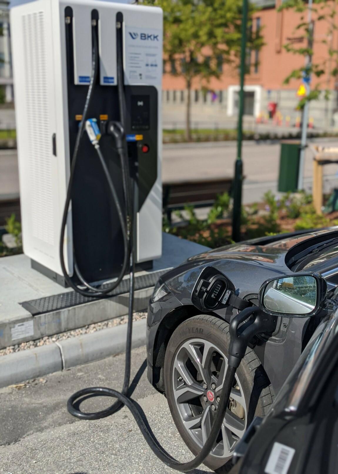 <strong>LYNLADER:</strong> Når du kommer til BKKs lynlader er du glad for å ha installert Bilkraft-appen.