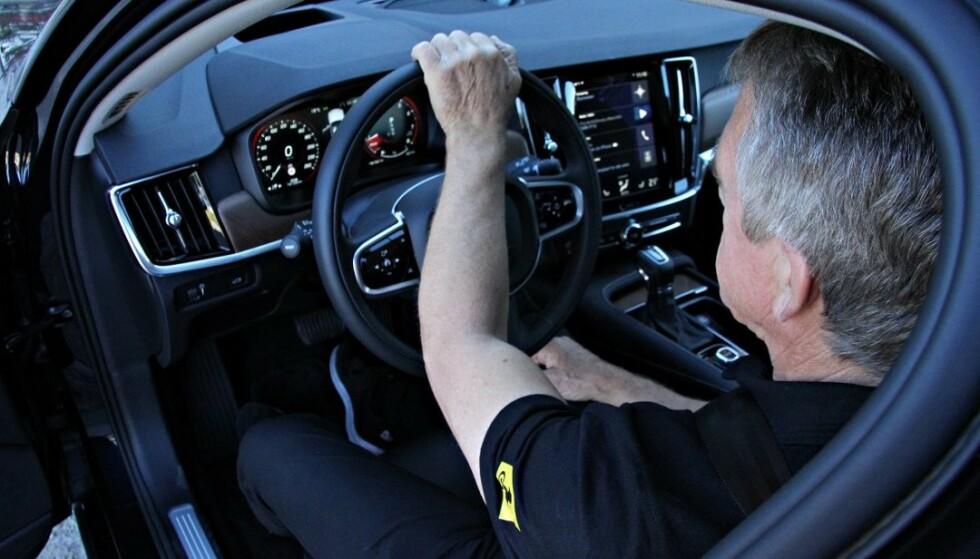 Ved å holde én arm øverst på rattet, sperrer du for airbagen. Er uhellet ute og airbagen utløses, vil du få armen rett i hodet. Det kan være forskjellen på liv og død i en kraftig kollisjon. Foto: NTB scanpix.