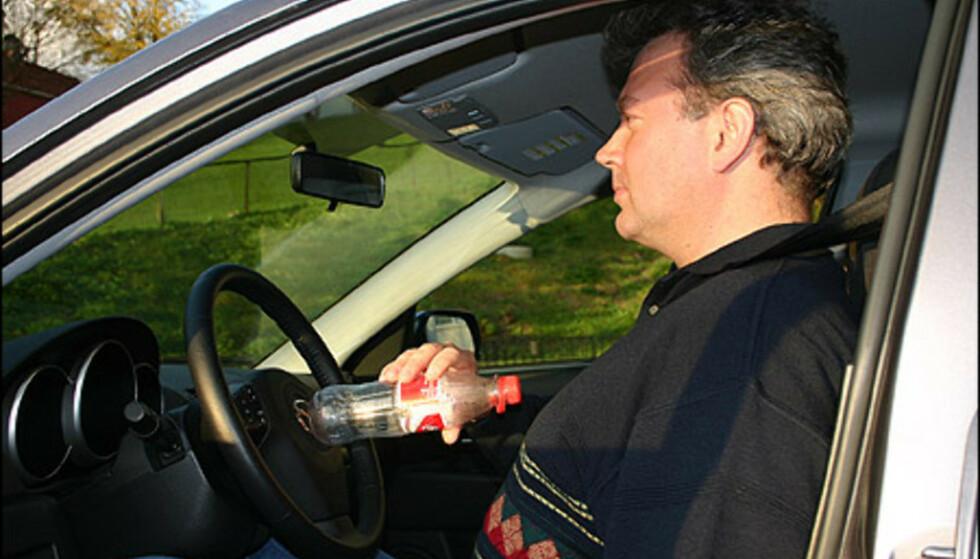 Old, but gold: Brusflasketrikset er kanskje gammelt, men veldig effektivt for å sikre at du sitter med riktig avstand til rattet. Foto: JOGRIM AABAKKENAV