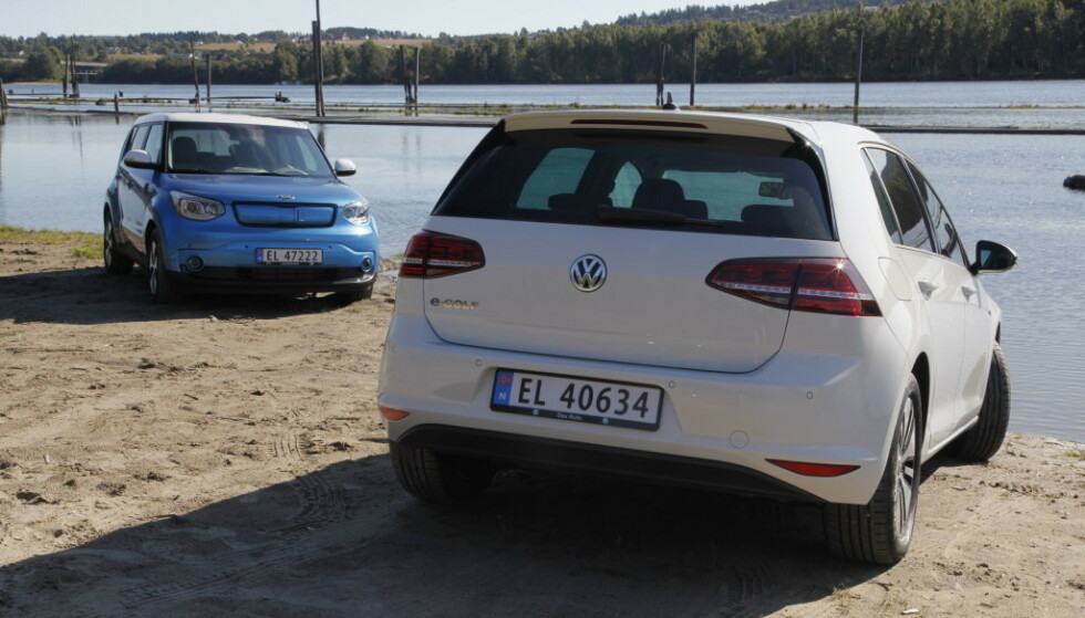 Kia Soul Electric og VW e-Golf var begge nye for fem-seks år siden. Nå er det mulig å få bilene langt rimeligere. Foto: Espen Stensrud.