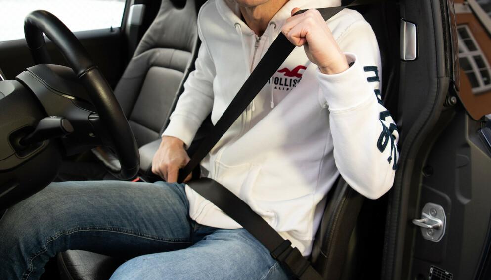 VANLIGE TABBER: Sikkerhetsbeltet skal alltid festes over skulderen, ikke under armen. Nederste del av beltet skal ligge på tvers over hoftekammen og ikke over magen. Foto: NAF