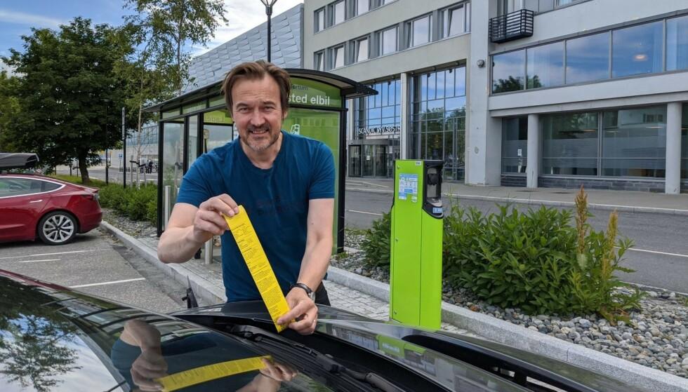 PARKERINGSBOT: Elbil24 la ut på bilferie og endte opp med å få 600 kroner i bot mens vi ladet elbil på Forum Charge & Drive. På stedet måtte vi betale både for lading og parkering. FOTO: JAN THORESEN