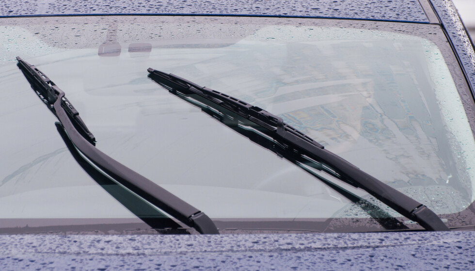 Legg inn vask av innsiden av frontruten som en del av bilvasken. Da ser du godt også når sola står lavt på himmelen. Foto: Colourbox.