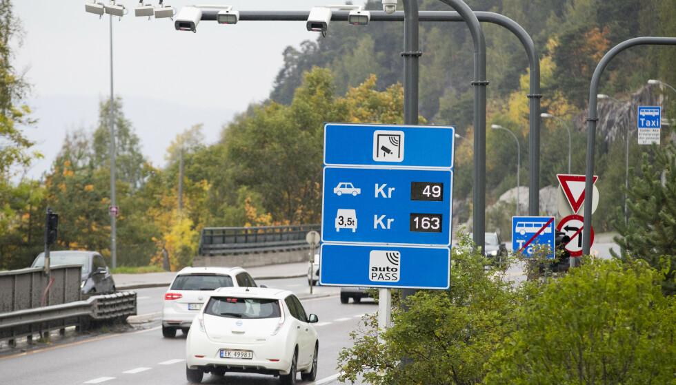 Et utvalg foreslår at elbiler skal betale full pris i bomringene. Utvalget har jobbet på oppdrag fra samferdselsdepartementet. Illustrasjonsfoto fra Mosseveien i Oslo. Foto: NTB scanpix