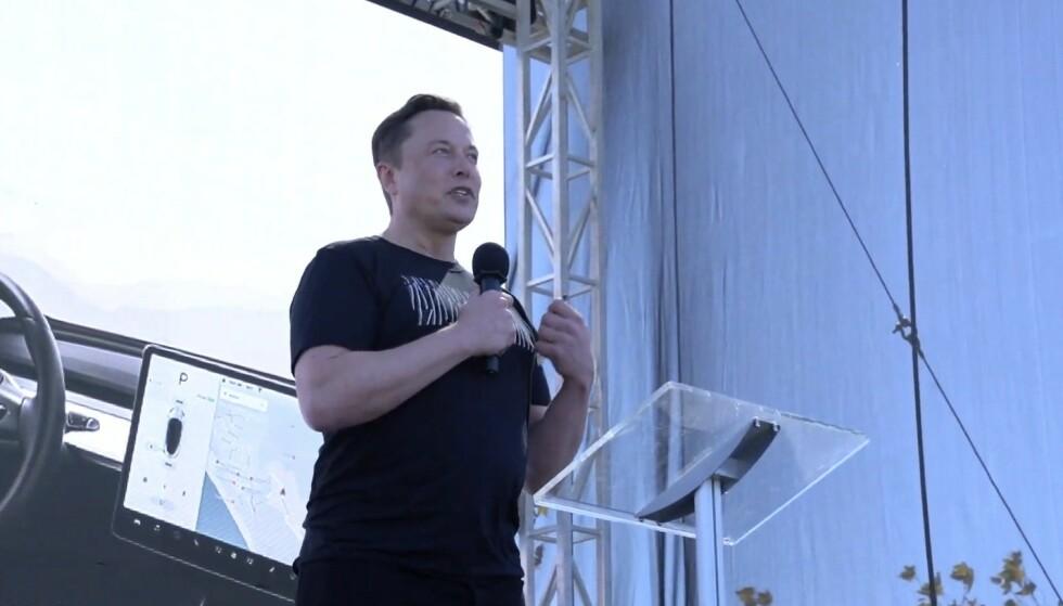 KJENT STIL: Uformelt og entusiastisk formidler Elon Musk et budskap om teknologi han kjenner ut og inn.
