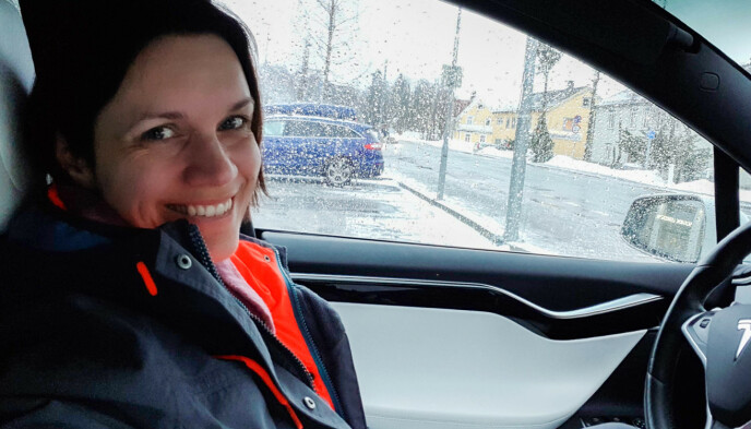 Sikker kjøring: Carina Larsen i Tesla Owners Club Norway råder råd til teslaeiere til å bruke stemmestyring. Foto: Carina Larsen