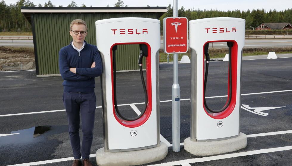PRISØKNING: Å bygge ut 32 nye ladelokasjoner, i tillegg til dagens 71, er kapitalkrevende forteller Eivind Sandvoll Roland i Tesla Norge. Foto: Henrik Skolt / NTB