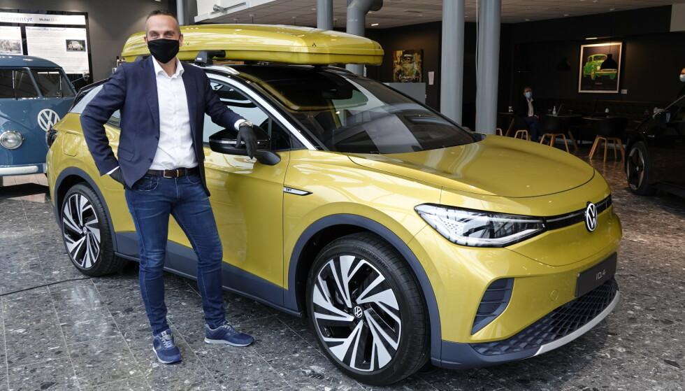 """STOLT: VW-direktør Harald Edvardsen-Eibak ser frem til å få enda en fullelektrisk folkemodell fra """"folkevogn"""" i sortimentet. Foto: Fred Magne Skillebæk"""