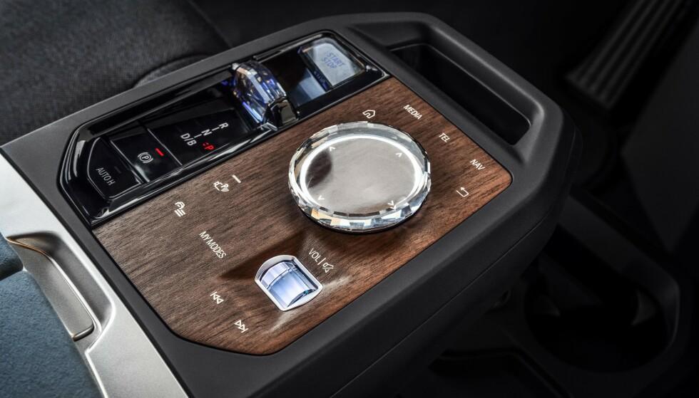 FYSISK: Enkelte fysiske knapper må til, også på en nymoderne bil. Foto: BMW