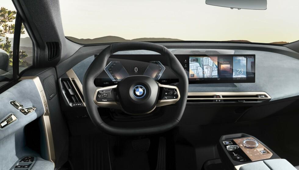 TO SKJERMER I ETT: En 12,3 tommer foran rattet, og en 14,9 tommer til høyre. Foto: BMW