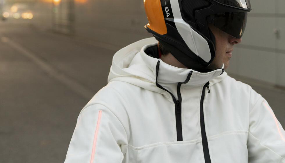Full garderobe: Spesialdesignet hjelm, parkas, bukser og sko er viktig ekstrautstyr til scooteren. Foto: Produsenten