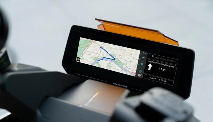 Storskjerm: På styret sitter en skjerm på drøye ti tommer. Foto: Produsenten