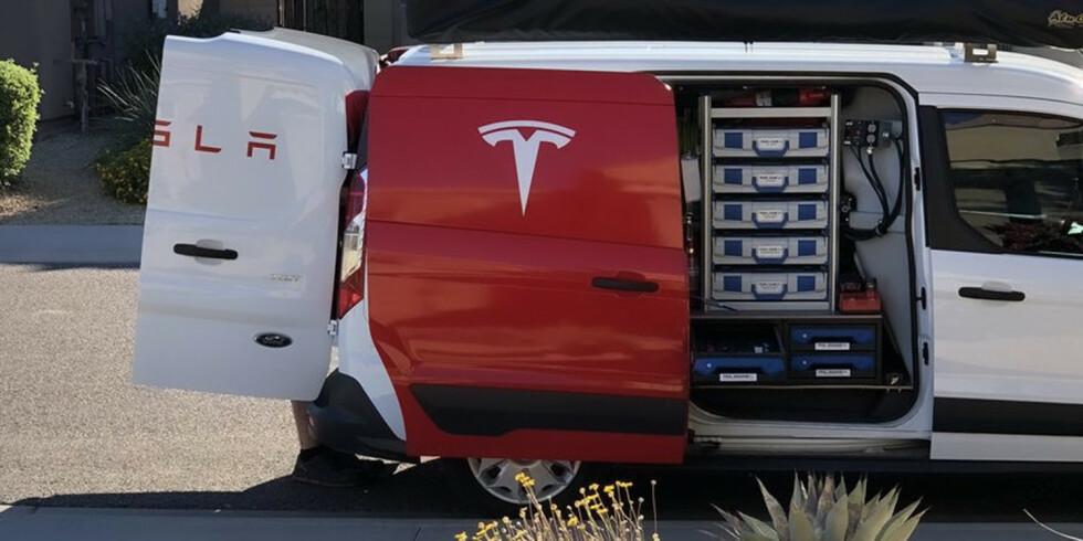 Hjemmeservice: Servicefolkene fra Tesla kommer hjem til deg når de skal fikse bilen. Foto: Tesla