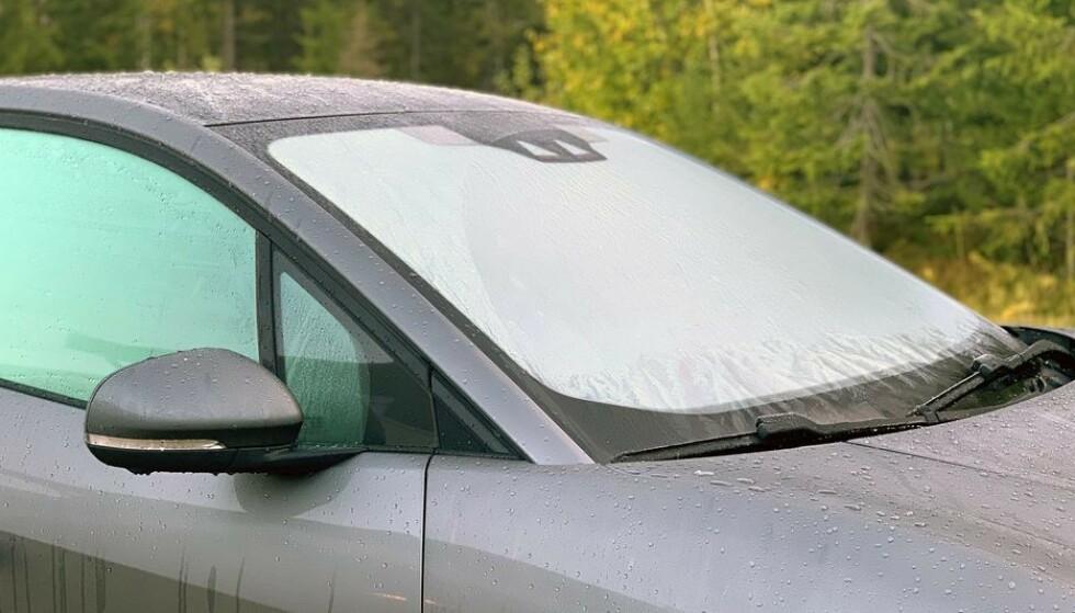 Du skal ha god sikt når du kjører bil. Derfor er det straffbart å begynne kjøreturen før dugget er borte. (Foto: NAF)