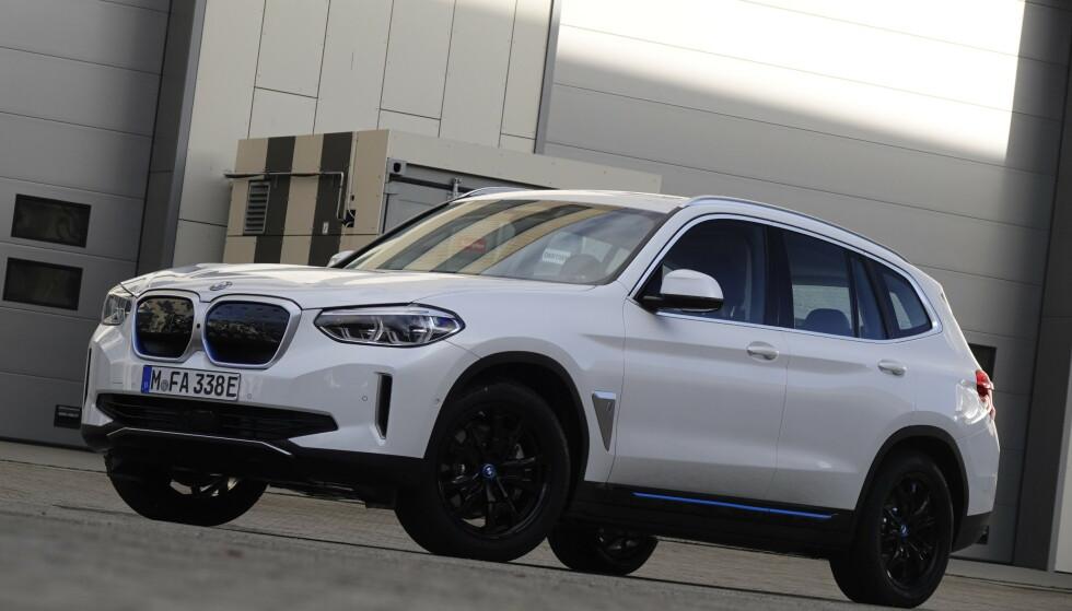 KJENT SAK: BMW iX3 ser i grunnen ut som en ordinær X3, i den grad man lenger kan kalle bensin- og dieselbiler for ordinære Foto: Fred Magne Skillebæk