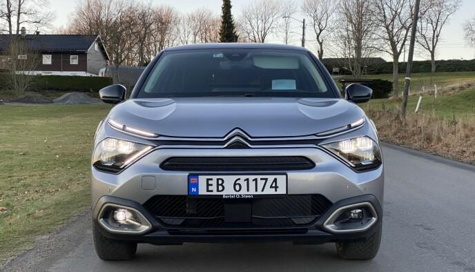 FREIDIG: Citroën har igjen lagt lyktene bak et digert glassdeksel på hver side. Foto: Fred Magne Skillebæk