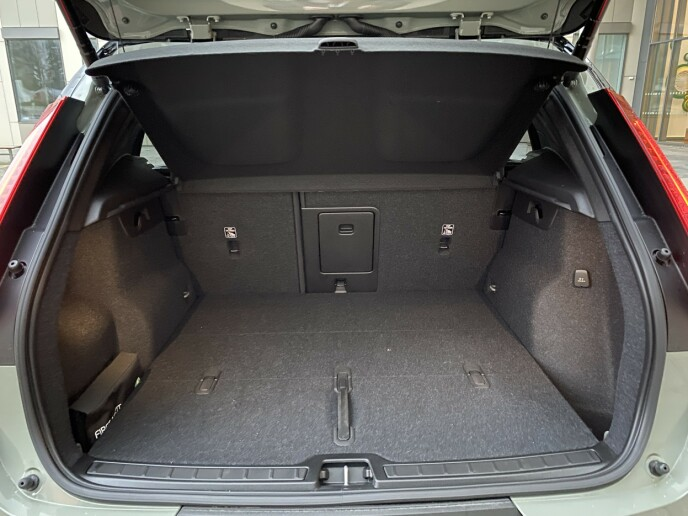 GODT UTSTYRT: Bagasjerommet har dobbelt gulv, og mye utstyr, som 12-volt uttak, lastekroker, og 40/60-splitt på bakseteryggen. Volumet er 414 liter som dette, og øker til 1240 liter når ryggene legges ned. Foto: Fred Magne Skillebæk