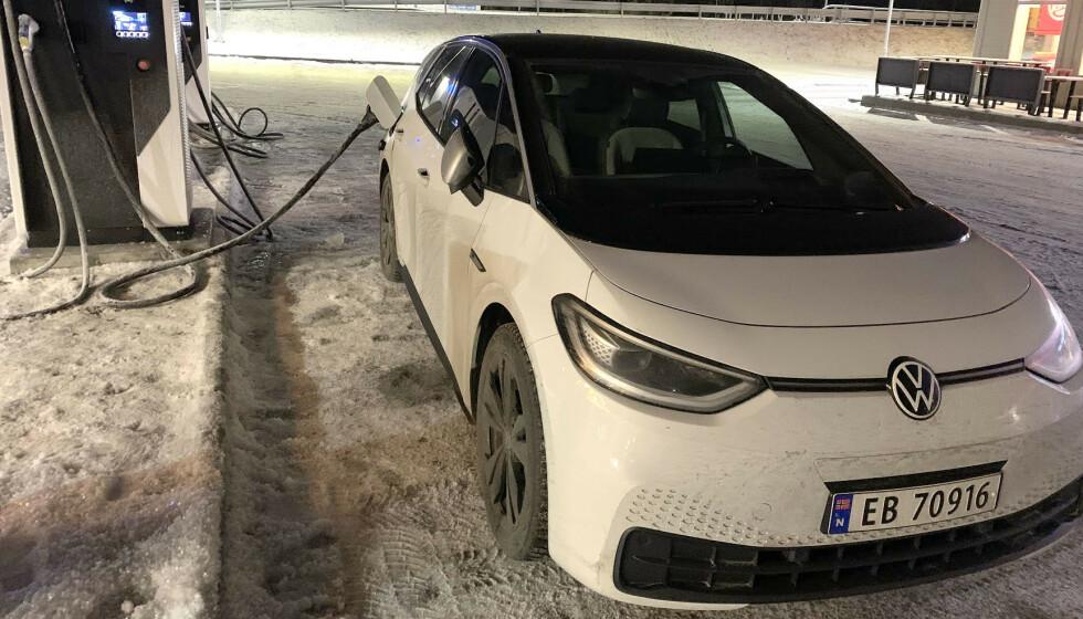 -12 GRADER: Ifølge WLTP-målinger skal VW ID.3 klare rundt 420 kilometer på én lading. Det klarer den ikke i den norske fjellheimen vinterstid, men helt mørkt er det ikke. Foto: Bjørn Eirik Loftås