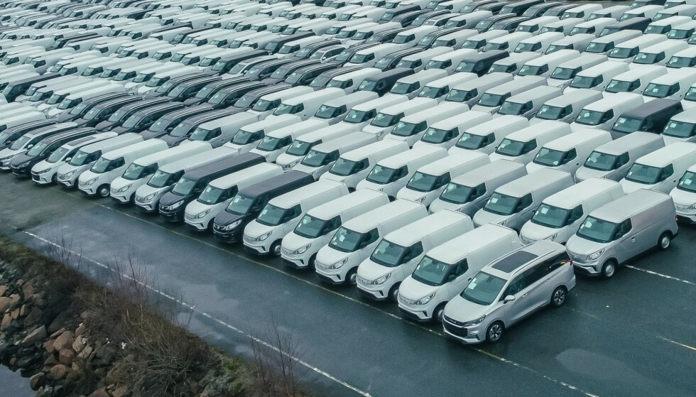 PÅ NORSK JORD: Maxus har tapetsert Drammen havn med biler. Mange skal rett ut til kunder. Foto: RSA